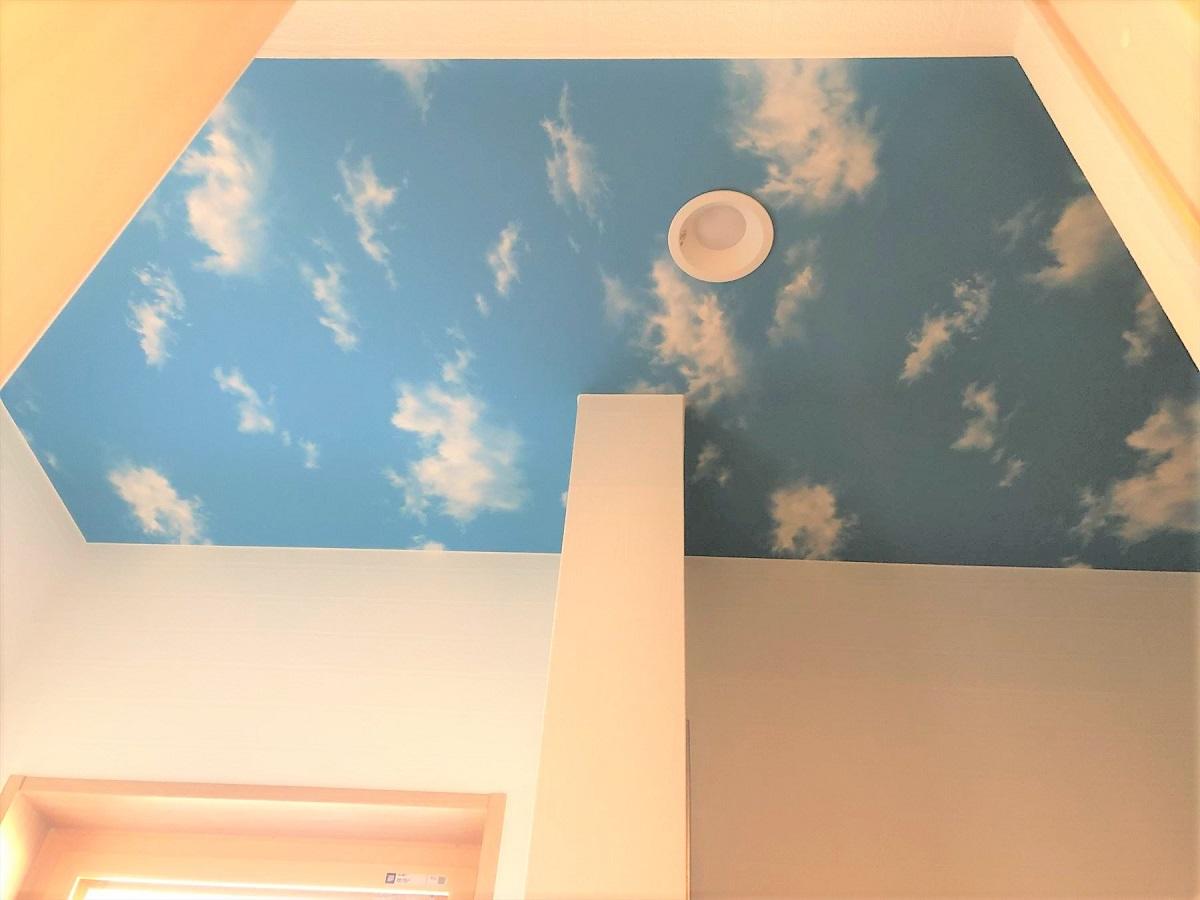 シューズクロークを開けると天井の明るい青空のクロスが目に止まります。お子様達もすすんで靴をしまったり遊び道具を片付けたりしてくれそうな遊び心のあるシューズクロークです。
