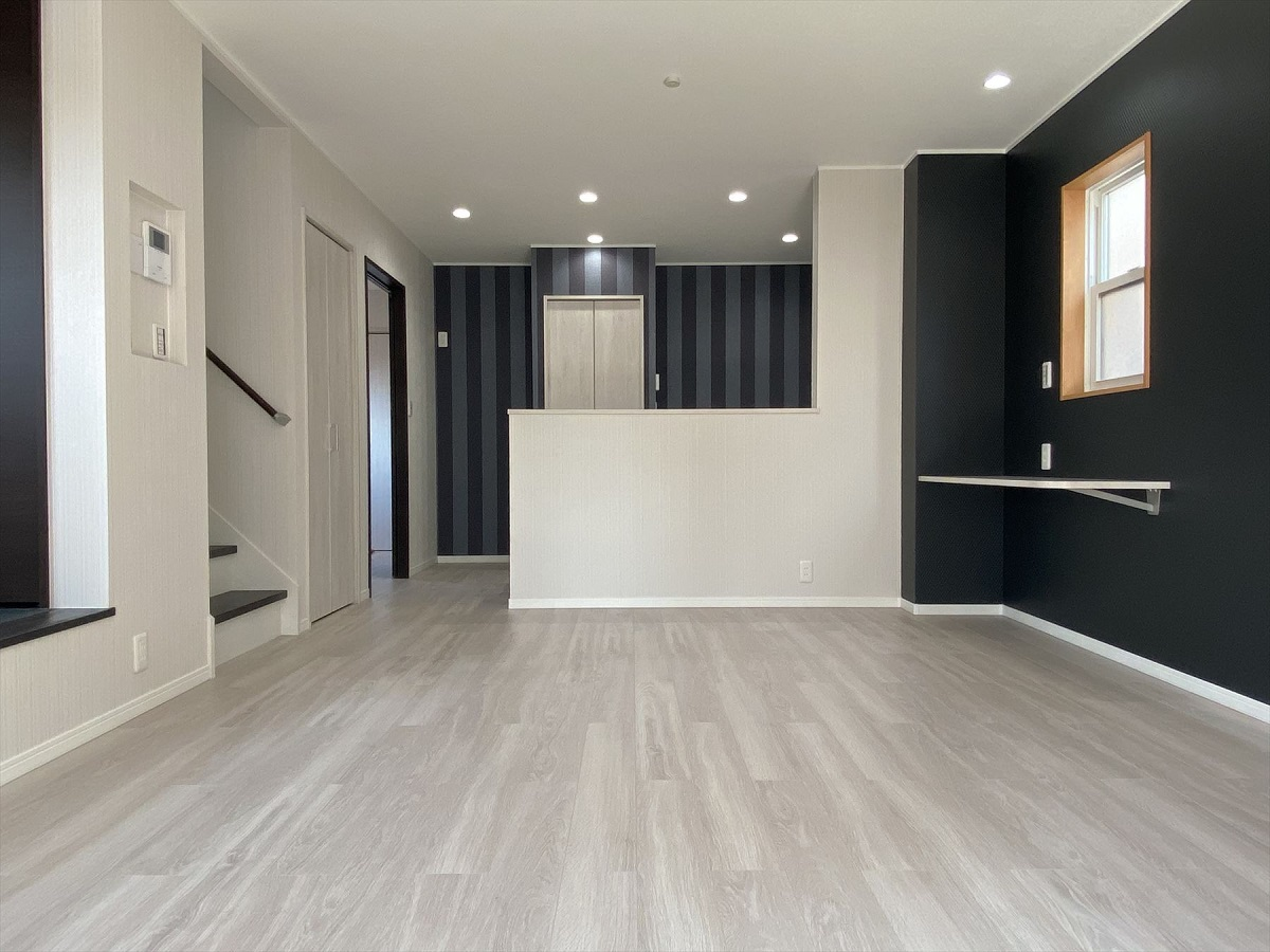 広々としたリビング。1階全面床暖房なので、冬場はあたたかです。床材は床暖房用フロア材です。また、家族の様子を伺えるリビング階段にしました。