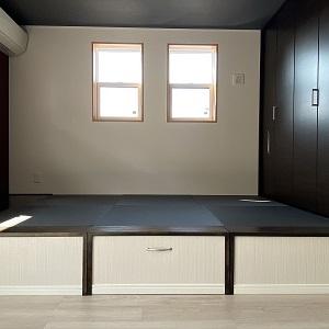 リビング隣には和室を設けました。特徴のある畳とクロスの色ですが、モダンで落ち着く空間になりました。真ん中は収納になっています。