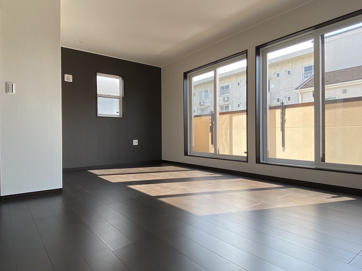 広さは10帖。南向きの主寝室は大きな窓から日差しがたっぷり入ります。広いウォークインクローゼットもあるので、収納力もあり、部屋は広々使えます。