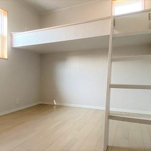 お子様達の部屋には大工さんに作っていただいたハシゴ付きのミニロフトがあります。ベッドにしたり、物を置いたり成長に合わせて使えます。