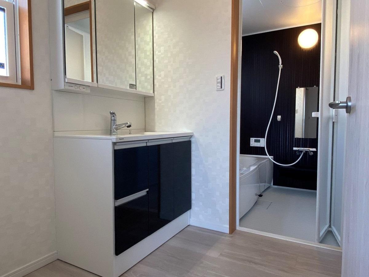 明るく清潔感のある洗面脱衣室。洗面台も3面鏡の大きなものを設置しました。