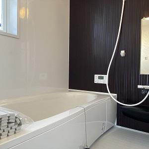 洗面台との統一感のあるアクセントパネル。落ち着いた空間になりました。