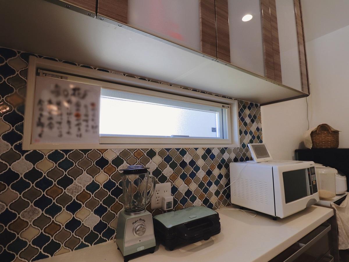 キッチン収納の壁には奥様こだわりのタイルを貼って、毎日のお料理を楽しく♪