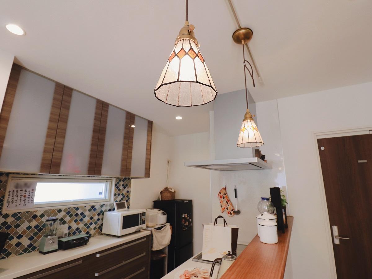 リビングの扉を開けると正面にキッチン。パッと見える可愛らしい照明が目に入ってきます。