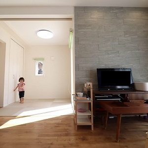 テレビ裏の装飾はエコカラット。エコカラットは加湿、除湿、消臭効果もあってデザイン性◎