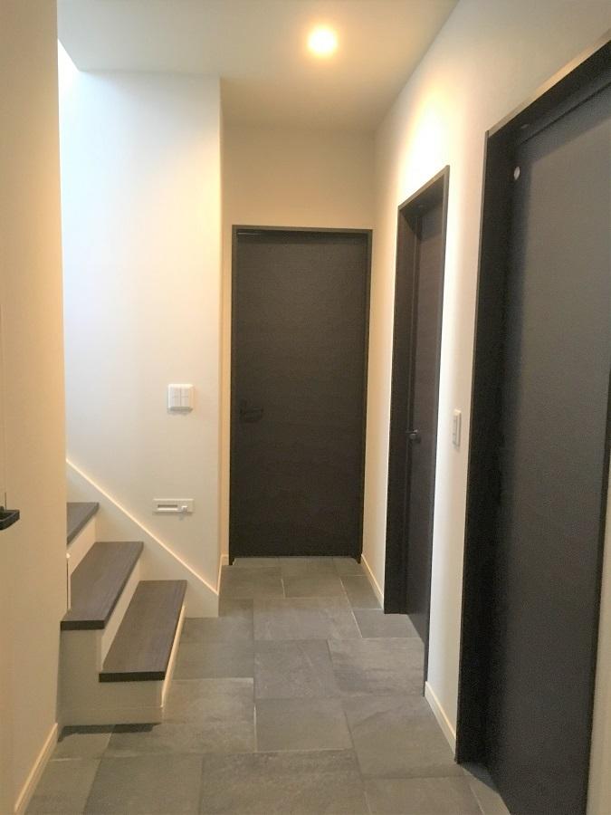 リビングは上の階にあるので1Fは水回りが中心の間取りになっています。床はタイル張りになっていて汚れても簡単にお掃除できます✨