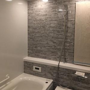 石の模様が大人っぽいお風呂です。ゆったりとくつろげそうですね。