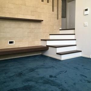 こちらのリビングはスキップフロア(1Fと2Fの間)を有効に使った空間です。階段と階段の間にあり、狭いのでは・・・と思われる方もいるかもしれませんが、しっかり8.5帖あり床暖房もついています♩
