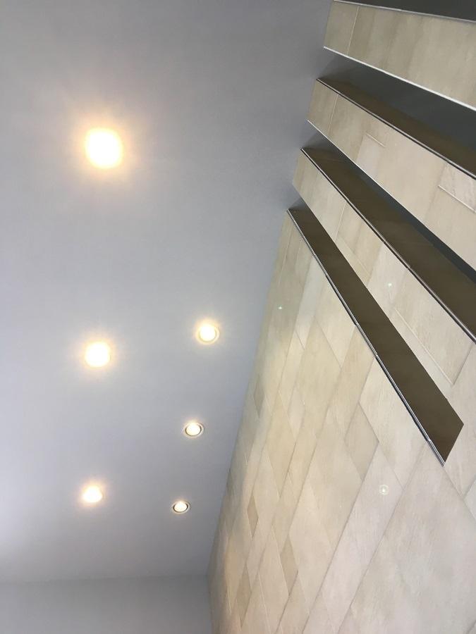 リビングの壁には天井まで続く石目調の壁を使用し、高級感たっぷりです