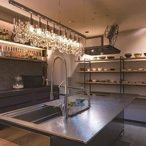 キッチンは奥様のこだわりたっぷり!自作の食器を並べるため、食器棚は見せ収納できるようにしています。
