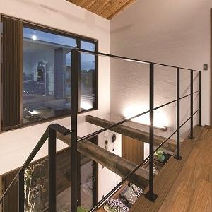 天井の板はご夫婦のこだわりで、家族で色を塗ったことが思い出になったそうです♡ 階段~梁~大きな窓の淵はネコたちの遊び場にもなっています