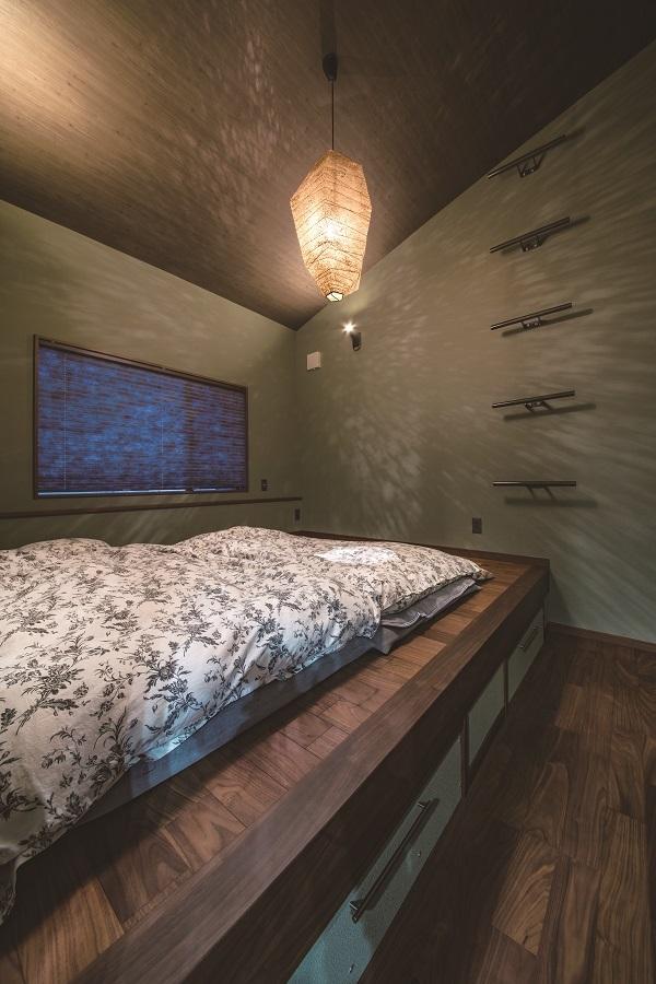 こちらの寝室は旅行先の宿からアイディアをもらったそうで、 和を感じる個性的な造りになっています!素敵です♩