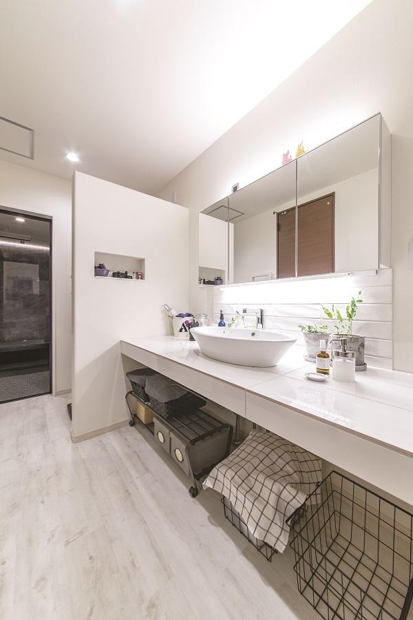 1階に店舗スペースがあるため、2階にお風呂を設置しました。 洗濯物を畳んでアイロンがけ出来るスペースを作り、家事動線もバッチリです◎