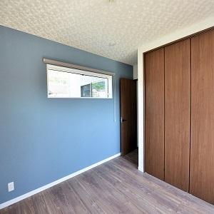 クロスを一部変えることでアクセントのある主寝室になりました