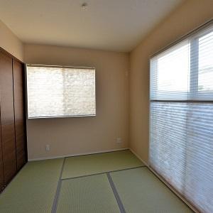 あると嬉しい和室。壁一面を収納にしました