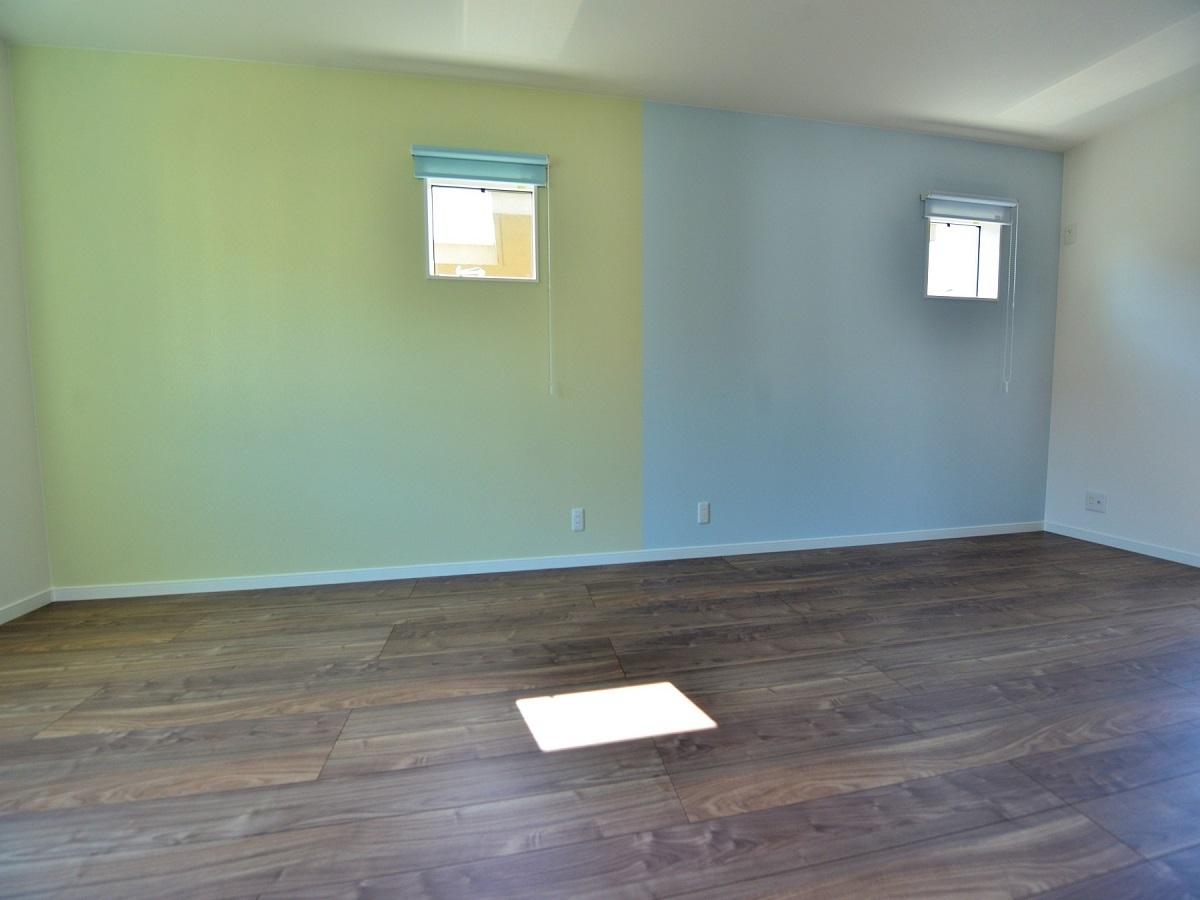 将来間仕切りする子ども部屋。クロスを変えるだけでワクワクしたお部屋になりました