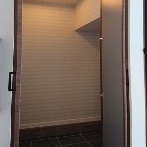 階段下のスペースを活用したSIC。季節用品等閉まっておくのに便利です
