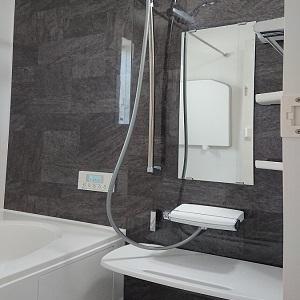お部屋のイメージとガラッと変えて浴室はブラックにしました