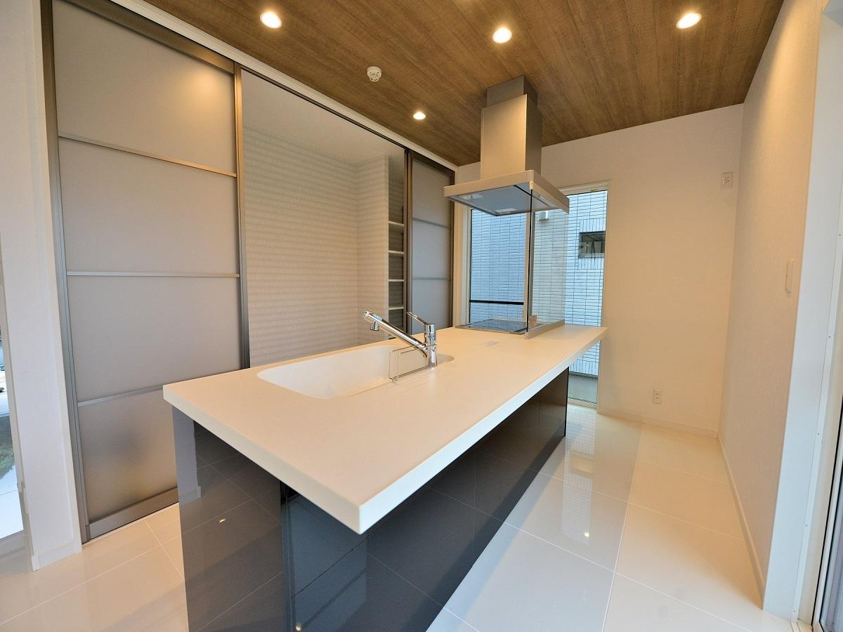 アイランドキッチン採用。キッチンバック収納(パントリー)は壁一面の大容量です
