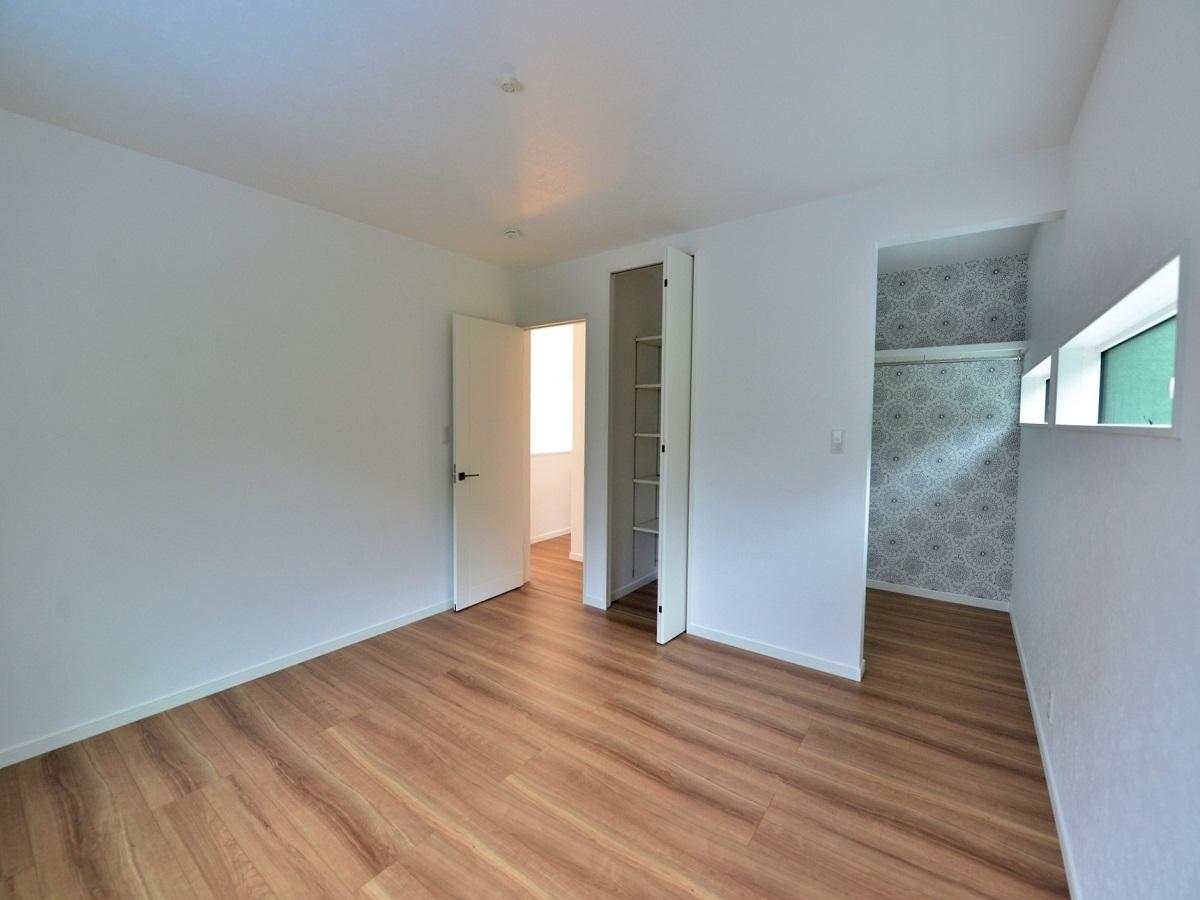 主寝室には2畳の広々WICを造りました。アクセントクロスがとても可愛いです