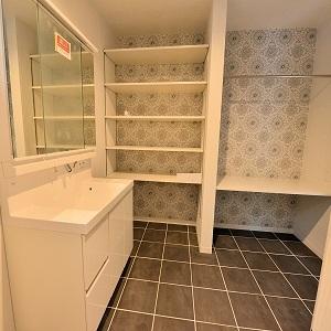 洗面室にも大きな収納を!着替えをまとめておけるのでとても便利ですね