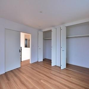 洋室には壁一面のクローゼットを造りました。WICではなく壁面収納にすることでスッキリ感がでますね