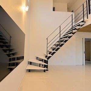 お施主様こだわりのスケルトン階段は通常よりも広い幅にしました。すれ違いも楽々です