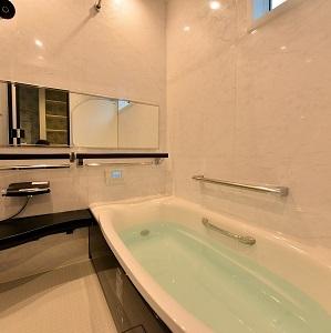 浴室にはポイントカラーでブラックを使いました。これがとてもかっこ良い仕上がりに!