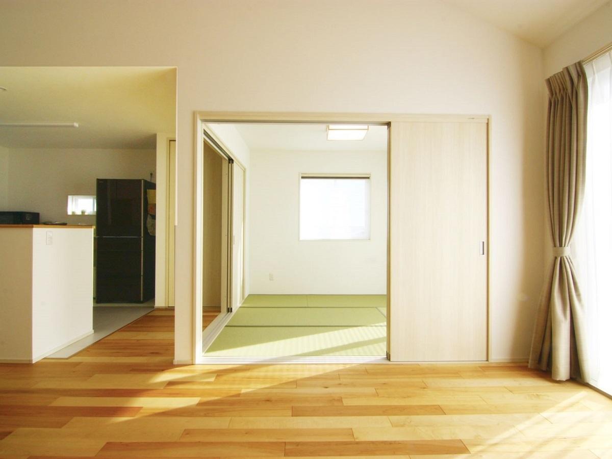 東と南の2面採光のため明るく心地良い和室です。