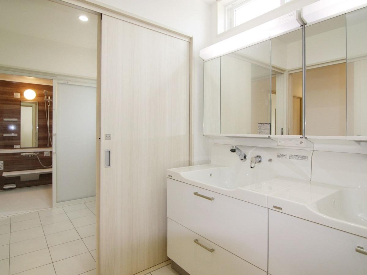 洗面化粧台は2台連結させています。朝の忙しい時間帯でもストレスフリーです。