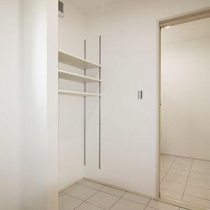 入浴中でも気兼ねなく洗面室を使えます。また一角には便利な可動棚を設置しました。