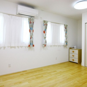 間取り上は2部屋ですが、中央の壁をやめて1つの部屋にしています。そのため窓やコンセントなどはすべて対になっています。ナチュラルで可愛らしい子ども部屋です。