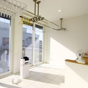 広々としたサンルーム。大きな窓からは暖かい太陽の光が部屋いっぱいに差し込みます。部屋の一角には作業台としてのカウンターを設置しました。