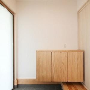 シンプルですっきりとした玄関ホール。無垢材のシューズボックスが温かいナチュラル和モダンな雰囲気を醸し出しています。袖付きガラスタイプの引戸は採光を多くとれて明るい玄関になります。玄関奥にはシューズクロークがあるため、収納スペースにも困りません。