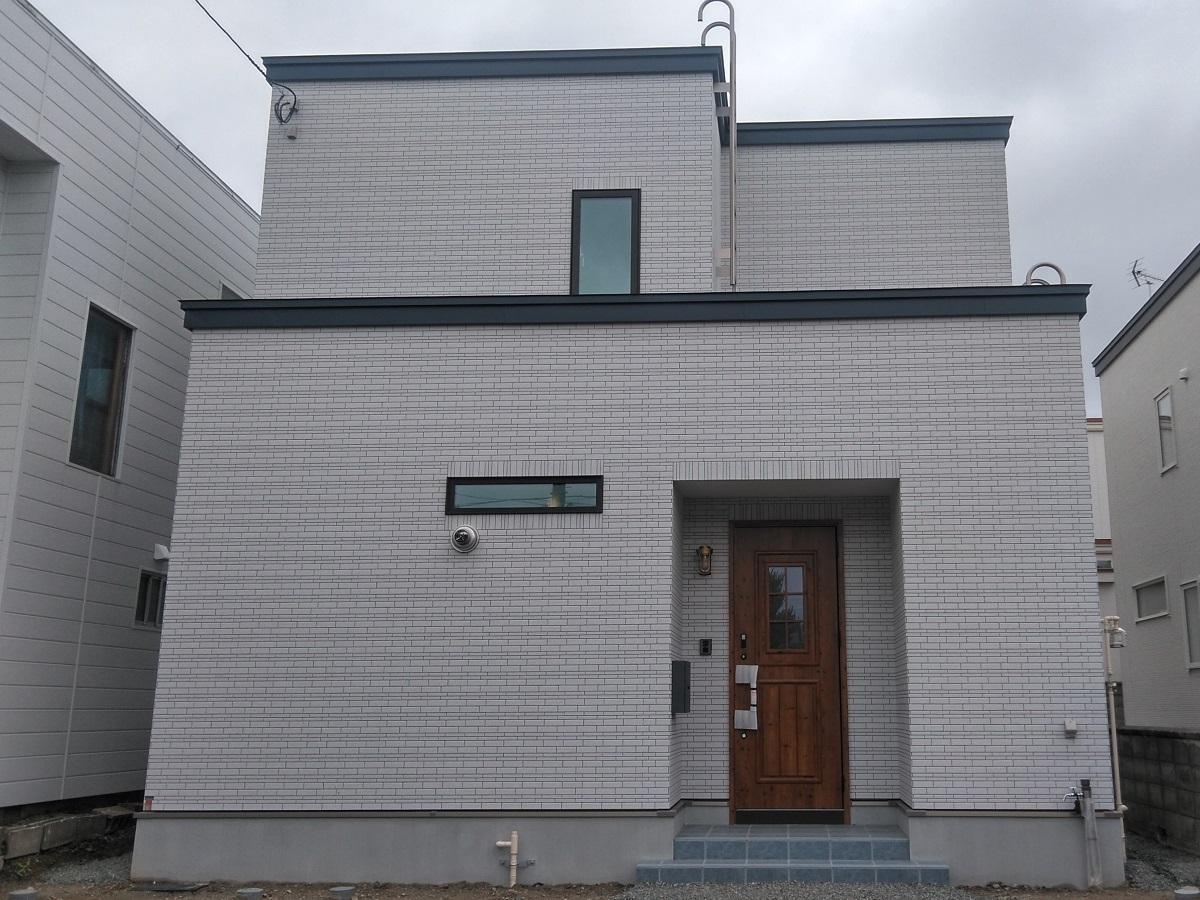 タイルの外壁で外観はシンプルに。 木目町のドアがかわいらしいです♩
