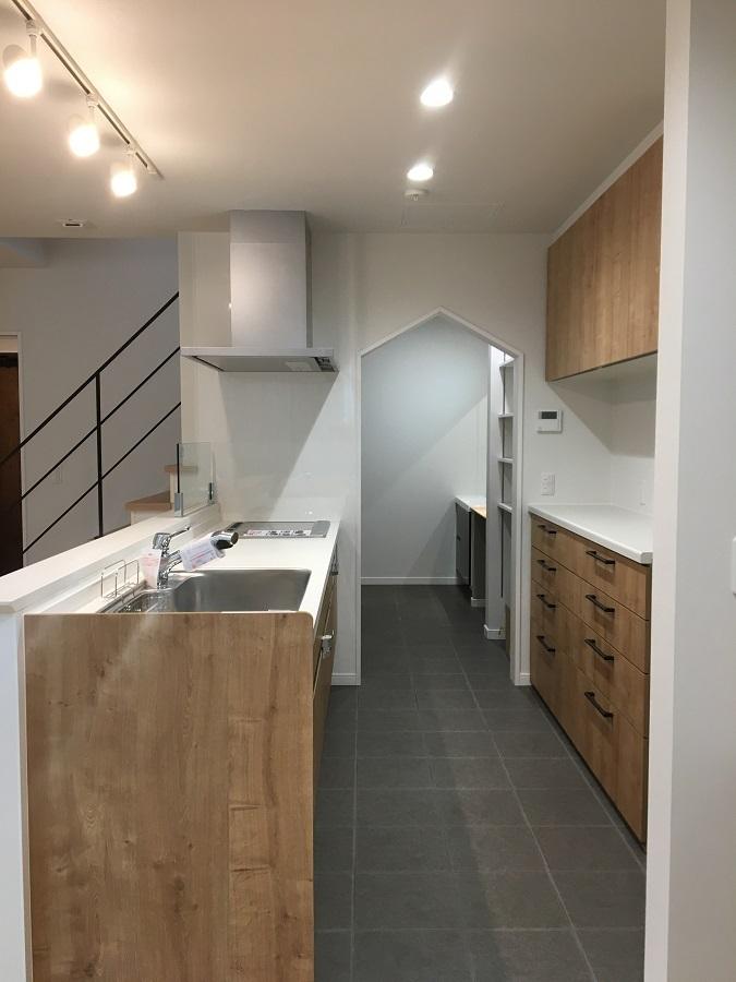 キッチンから洗面所の間には乾物食品から生活雑貨まで収納できるパントリーがあります。 三角の下がり壁がおうちのシルエットのようでかわいいですね♩