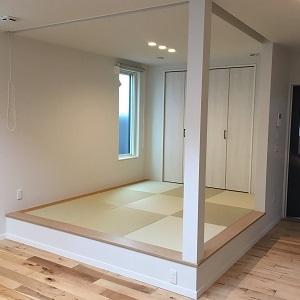 LDK横の小上がり和室は段差をつけて独立感を出しました! 無垢床のおかげか、洋風なLDKともマッチしています。