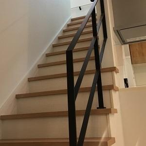 リビングに階段を設置することで家族の様子を感じられます。 ブラックの手すりはお客様のこだわりポイントです!