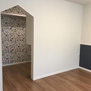 壁紙がとってもかわいい主寝室です♩ ついクローゼットに入りたくなってしまうようなデザインですよね(^^)