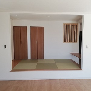 リビングには小上がりの和室。階段下を利用した収納も2つ作りました。