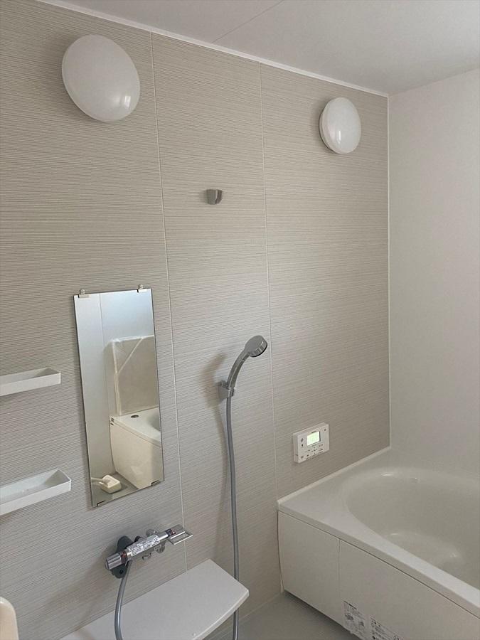 白を基調とした清潔感のある明るい浴室。同色系でさりげない柄のアクセントパネルは浴室を華やか&広く見せてくれます。