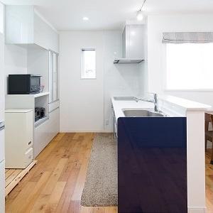キッチンは建具カラーに合わせ、カップボードは壁にカラーを合わせました。
