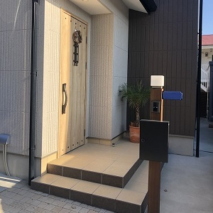 玄関ドアはナチュラル×アイアンのかわいらしいデザイン 玄関ポーチや外構のタイルとの相性もバッチリです