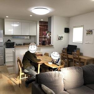 キッチン➡ダイニング➡リビングが一直線に並ぶ間取りのLDKは広さを感じられるだけでなく、お子様の見守りや食育、リビング学習にも最適で子育て世代ならではの間取りです 内装にもこだわり、お持ち込みのお気に入りの照明器具に、ご主人お手製の飾り棚 家族との時間を楽しめる空間になりました
