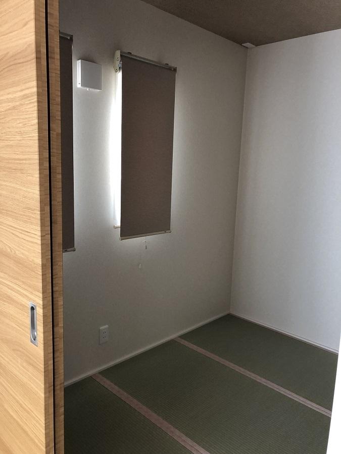 リビングに隣接した和室は、どうしても間取りに取り入れたかったお部屋。現在はお子様の遊び場として将来、二人目が産まれたら赤ちゃんや奥様のお休みスペースとして、お子様が大きくなってからは客間や寝室として…と将来を見据えて作られたマルチに活用できるお部屋です。さくら色の畳のヘリがアクセント♪