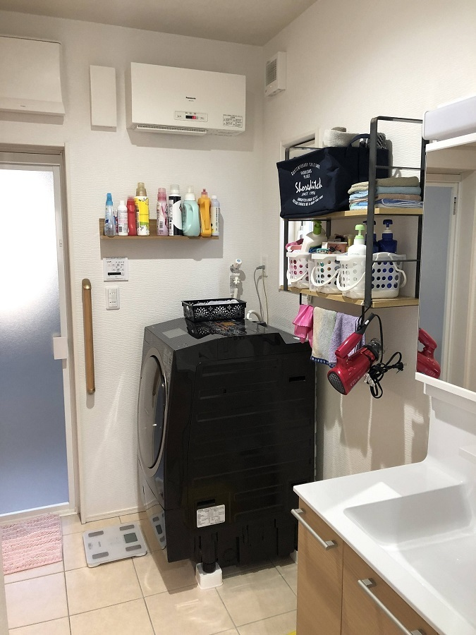 家事動線にこだわった洗面脱衣室。玄関からも、リビングからも行き来ができ、また、ファミリークロークが隣接しているため、洗濯後の収納も楽々です。
