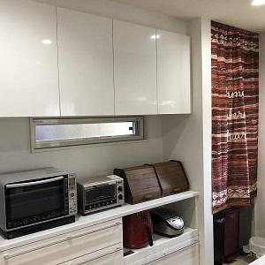 洗面所直結のキッチンはお料理中の洗濯物やお子様のお風呂の見守りなど使い勝手抜群の「家事動線」 忘れがちなゴミ箱スペースや、収納もしっかり確保 タイルで仕上げた床は、油跳ねや汚れに強く、お手入れも簡単。見た目良し、使い勝手良しのキッチンに仕上がりました