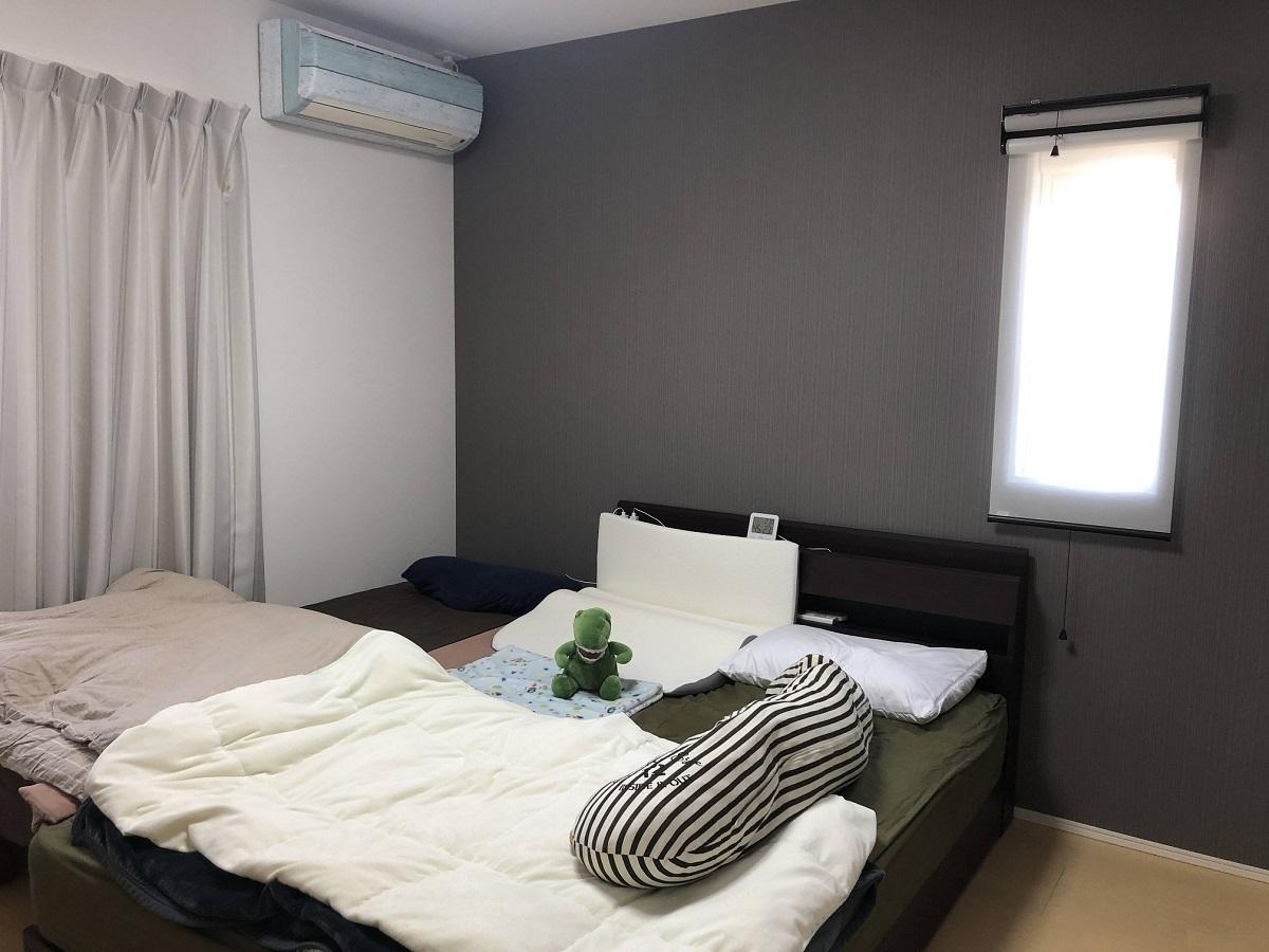 今はご家族3人でお休みされています。寝室だけはグレーの壁紙で落ち着いた空間に。