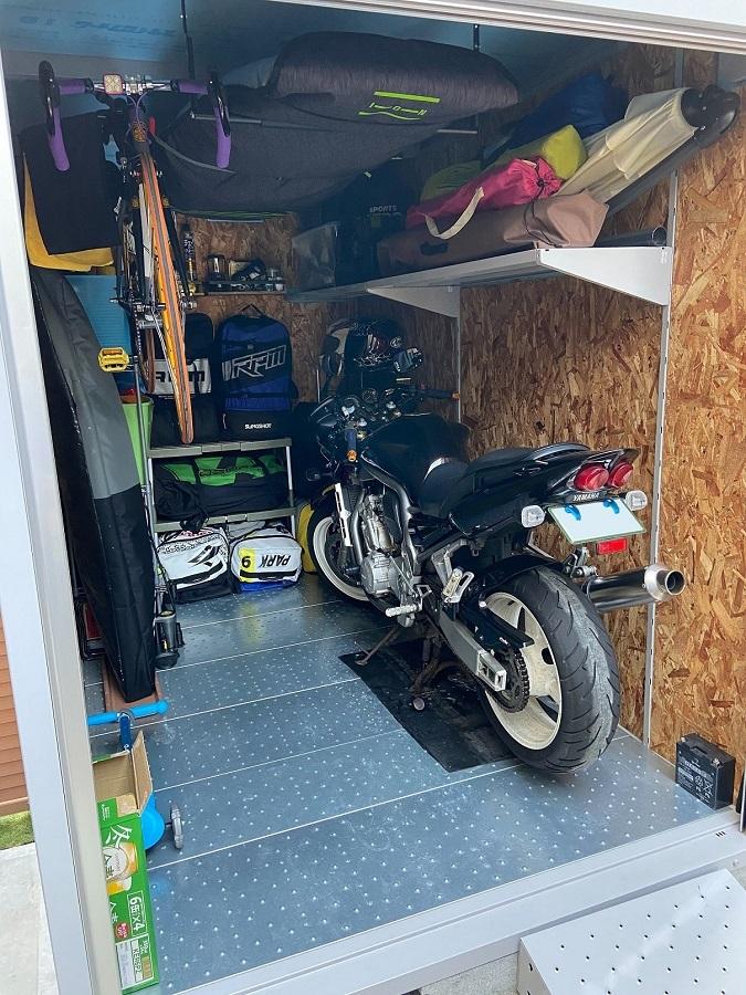 外構工事でバイク用のガレージを設置しました。中は、バイクだけでなく、マリンスポーツ用具などご主人の趣味の道具をたくさん収納されています。内装は、なんとご主人がDIYされています! 工夫したポイント→マリンスポーツ用具は熱に弱いので、天井と壁に断熱材を貼っています。換気扇もつけて真夏でも中は快適